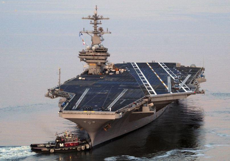 Diyaarad Qaade Dagaal USS George H.W. Bush oo Dekedda Haayfa, Israaiil ku soo Xirtay