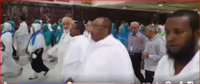 Kaameradaha oo Qabtay Madaxweyne Gaas oo Gudanaya Waajibaadka Xajka (Video)