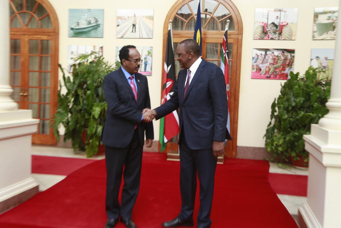 Madaxweyne Farmaajo oo wada hadallo la yeeshay Madaxweyne Kenyatta (Sawiro)
