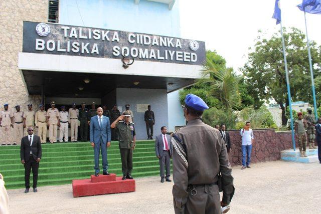 Khayre oo Kormeer ku tagay Xarumaha Ciidanka Booliska Somaliyeed (Sawiro)