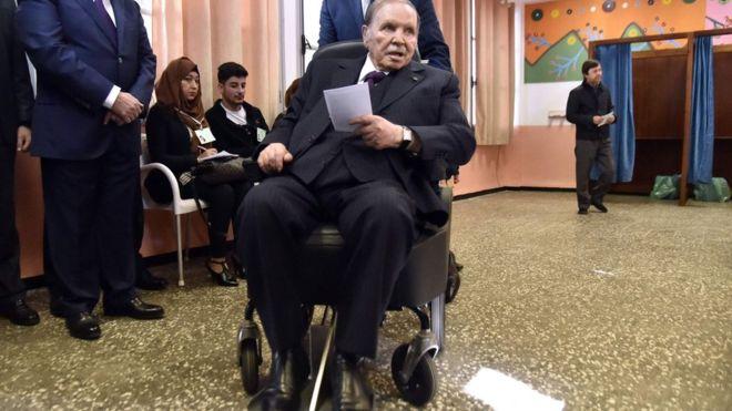 Bouteflika oo markii shanaad u tartamaya doorashadii 5aad ee madaxwaynaha Aljeeriya , iyadoo shacabku diidanyahay